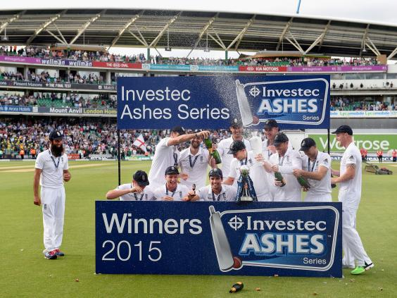 Alastair-Cook-and-his-England-team-celebrate-winning-the-ashes.jpg