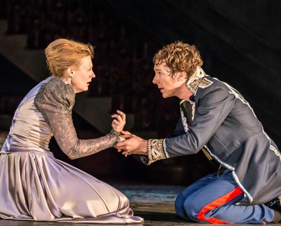 8.-Anastasia-Hille-(Gertrude)-and-Benedict-Cumberbatch-(Hamlet)-in-Hamlet-at-the-Barbican-Theatre.jpg