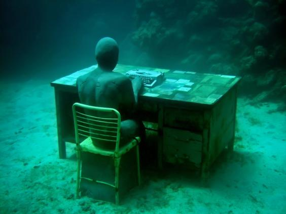 the-lost-correspondent-01-jason-decaires-taylor-sculpture.jpg