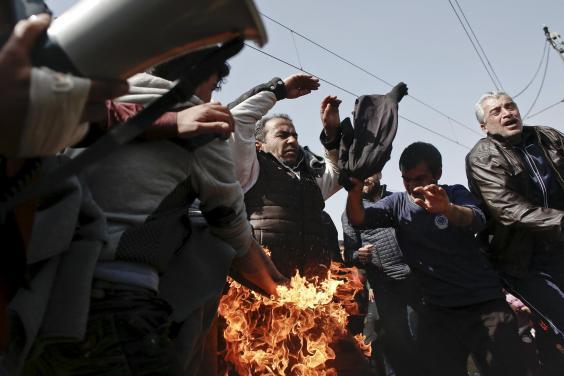 refugee-fire-protest-2.jpg