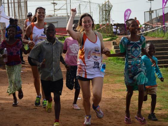 marathon-runners-local-children.jpg