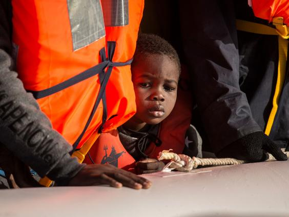 Almost 100 refugees missing after boat sinks off Libya