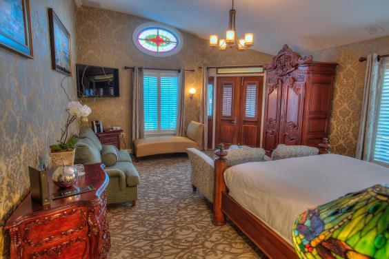 owners-suite-stateroom.jpg