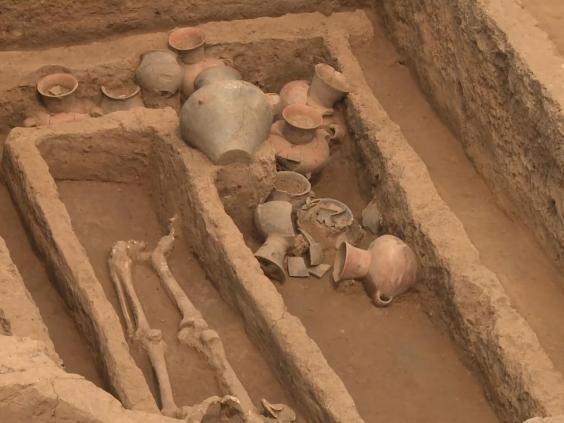 Guci-guci juga ditemukan dekat kerangka