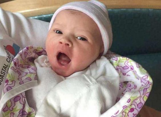 女娃誕生,打破家族137年「只生男魔咒」!同事送上「巨大粉紅驚喜」全球爆紅!