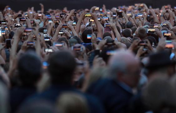 Smartphones-crowd.jpg