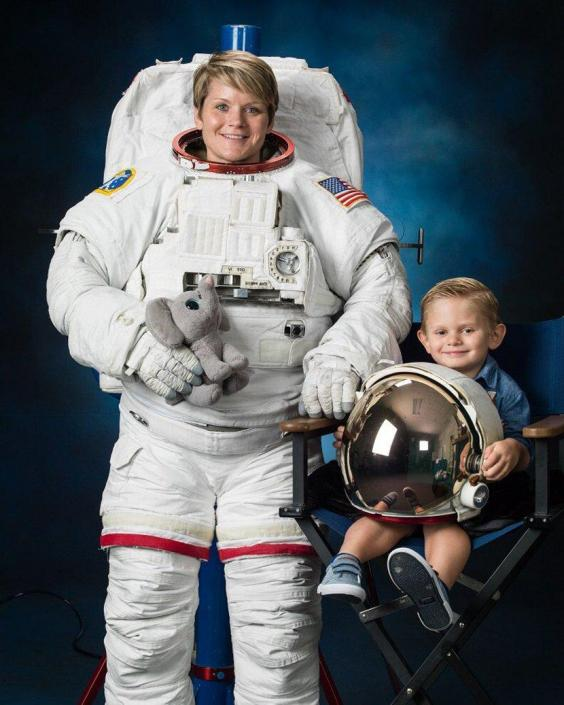 A NASA astronaut brought her 4-year-old son to a spacesuit ...