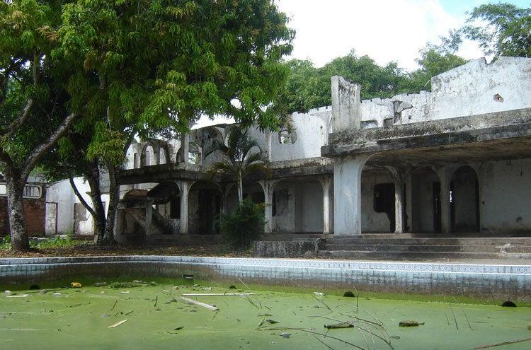 Hacienda napoles at home with pablo escobar the drug for Casa mansion bogota
