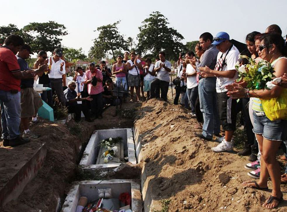 Relatives and colleagues applaud at the funeral of Mexican photojournalists Guillermo Luna and Gabriel Huge in Veracruz yesterday