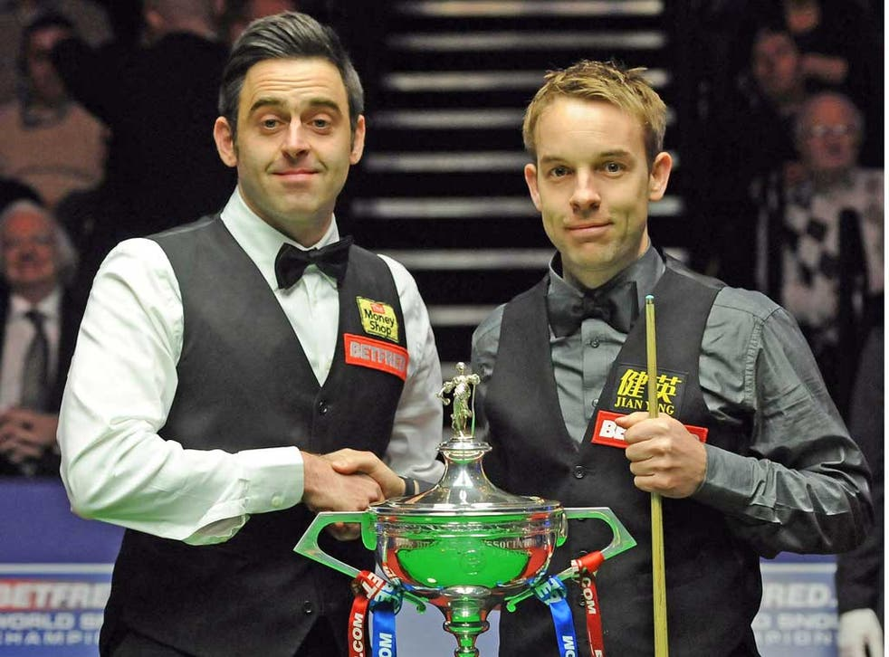 Ronnie O'Sullivan (left) and Ali Carter shake hands before the final