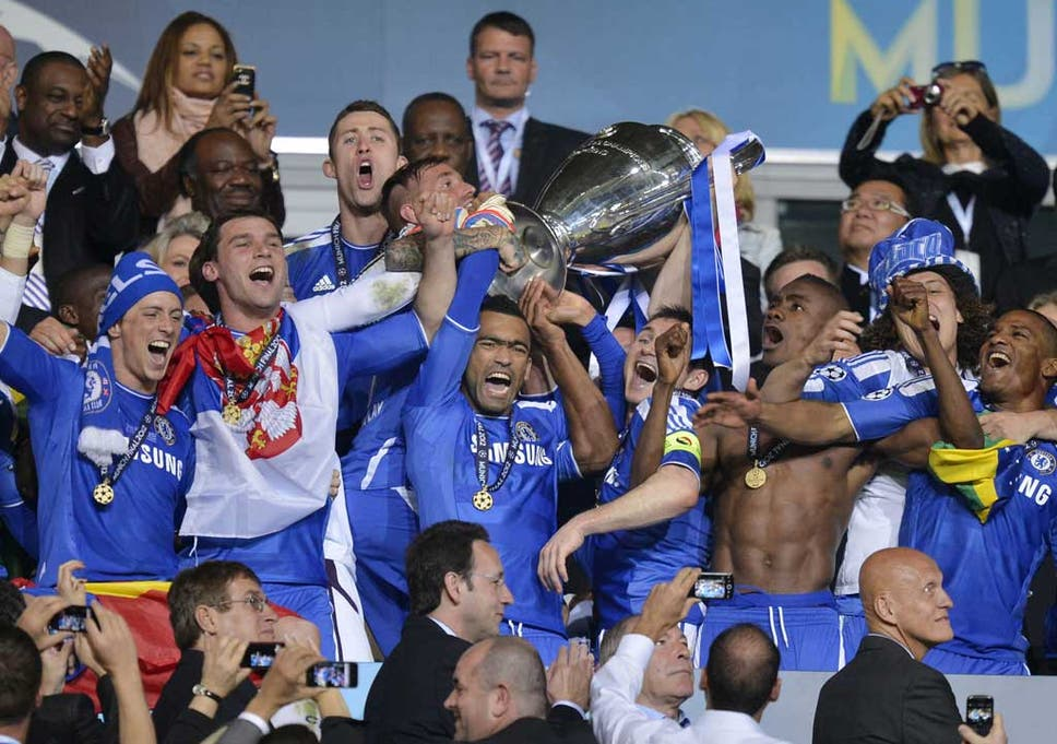 Didier drogba reveals jose bosingwa was the mastermind behind chelseas jose bosingwa holds up the trophy at the end of the champions league final fandeluxe Images