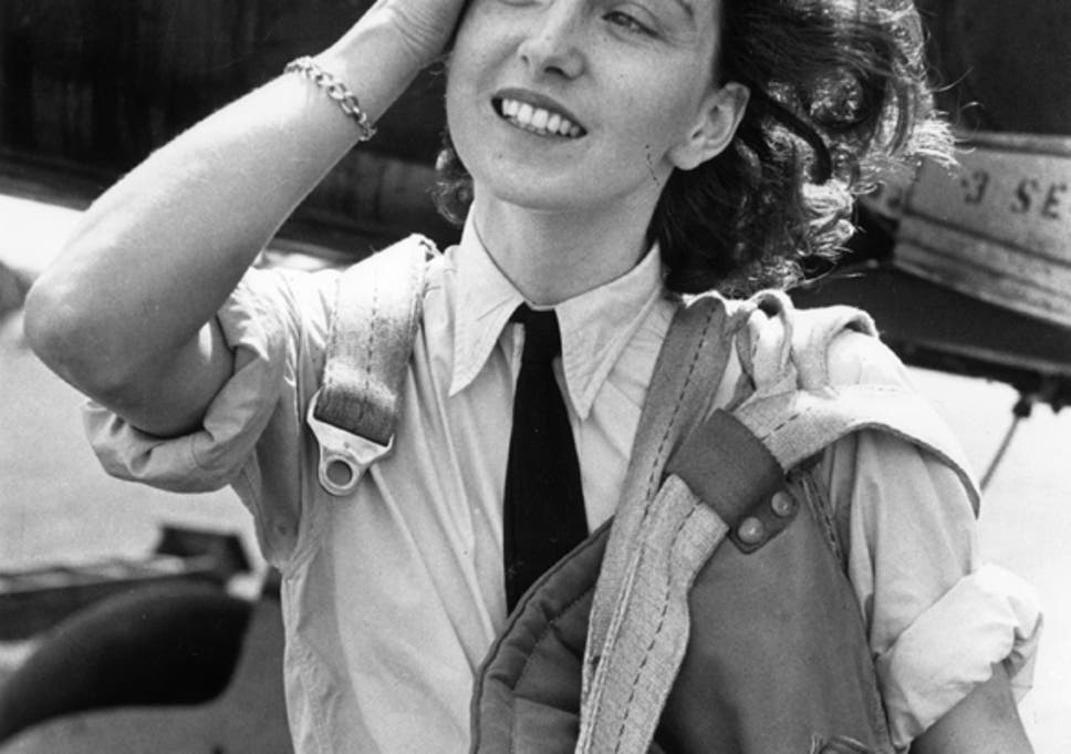 Valiente y hermosa: Dunlop captó la cámara después de aterrizar un Fairey Barracuda en 1944. El disparo fue la portada de 'Picture Post'