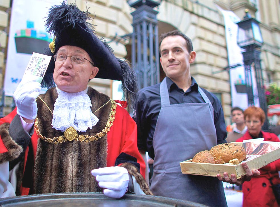 Bristol's Lord Mayor makes the first purchase with a Bristol Pound note