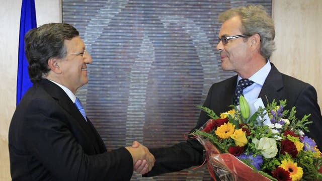 European Commission president Jose Manuel Barroso, left, and Atle Leikvoll, Norway's EU ambassador