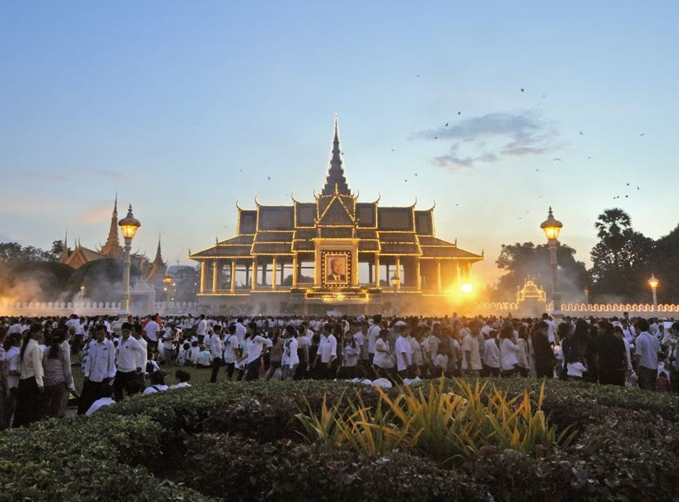Royal audience: mourners gather in Phnom Penh