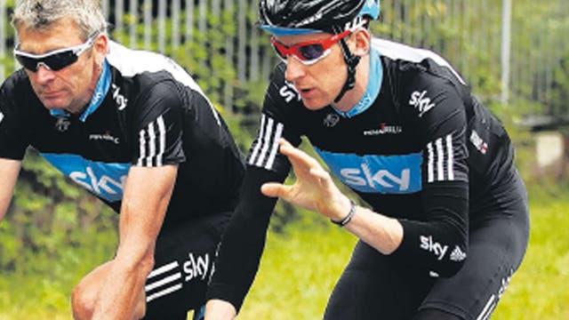 Sean Yates discusses tactics with Bradley Wiggins at the 2010 Tour de France