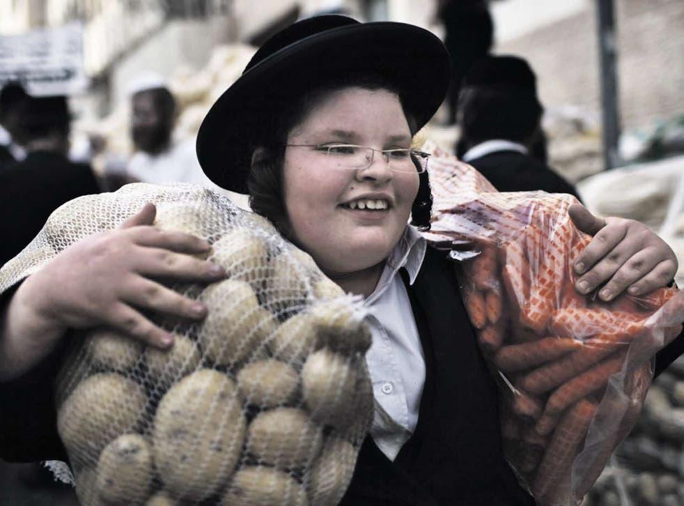Small plates, big appetites: Orthodox Jew donating food in Jerusalem