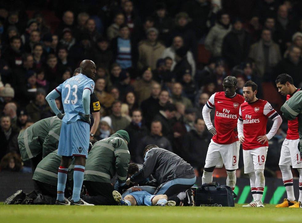 Daniel Potts receives treatment at the Emirates