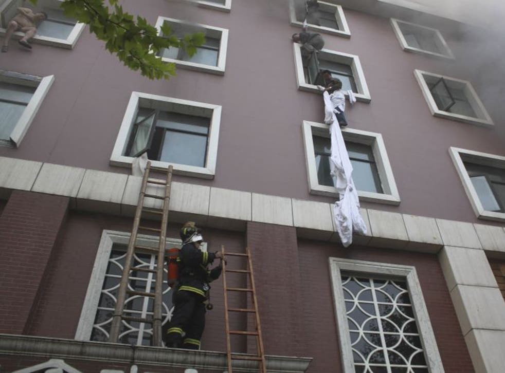 Hotel guests attempt to escape the building in Xiangyang city