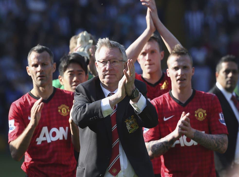 Sir Alex Ferguson celebrates with Ryan Giggs, Shinji Kagawa, Phil Jones and Alexander Buttner