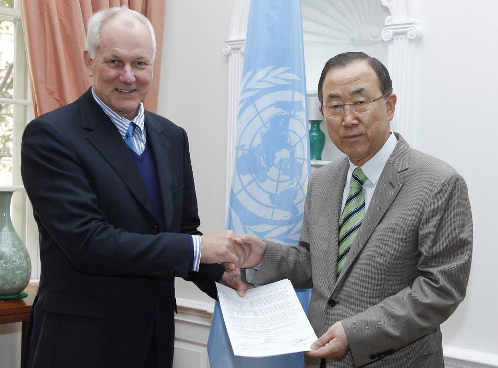 UN weapons inspector Ake Sellstrom hands his report to UN Secretary Ban Ki-moon