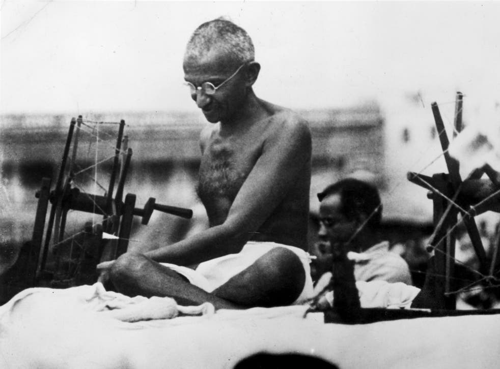 Gandhi spins his clothing, 1925