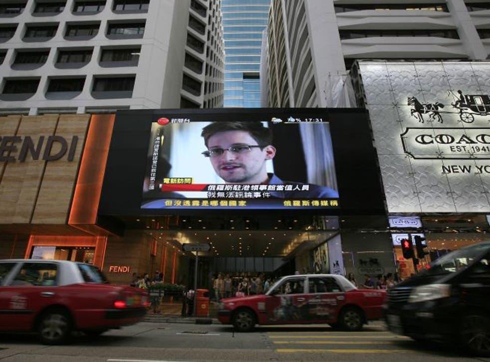 gGobal alert: Edward Snowden news flash at a Hong Kong shopping mall