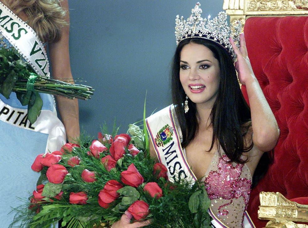 Monica Spear being crowned Miss Venezuela in 2004.