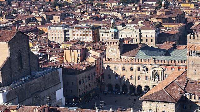 Square root: the Piazza Maggiore