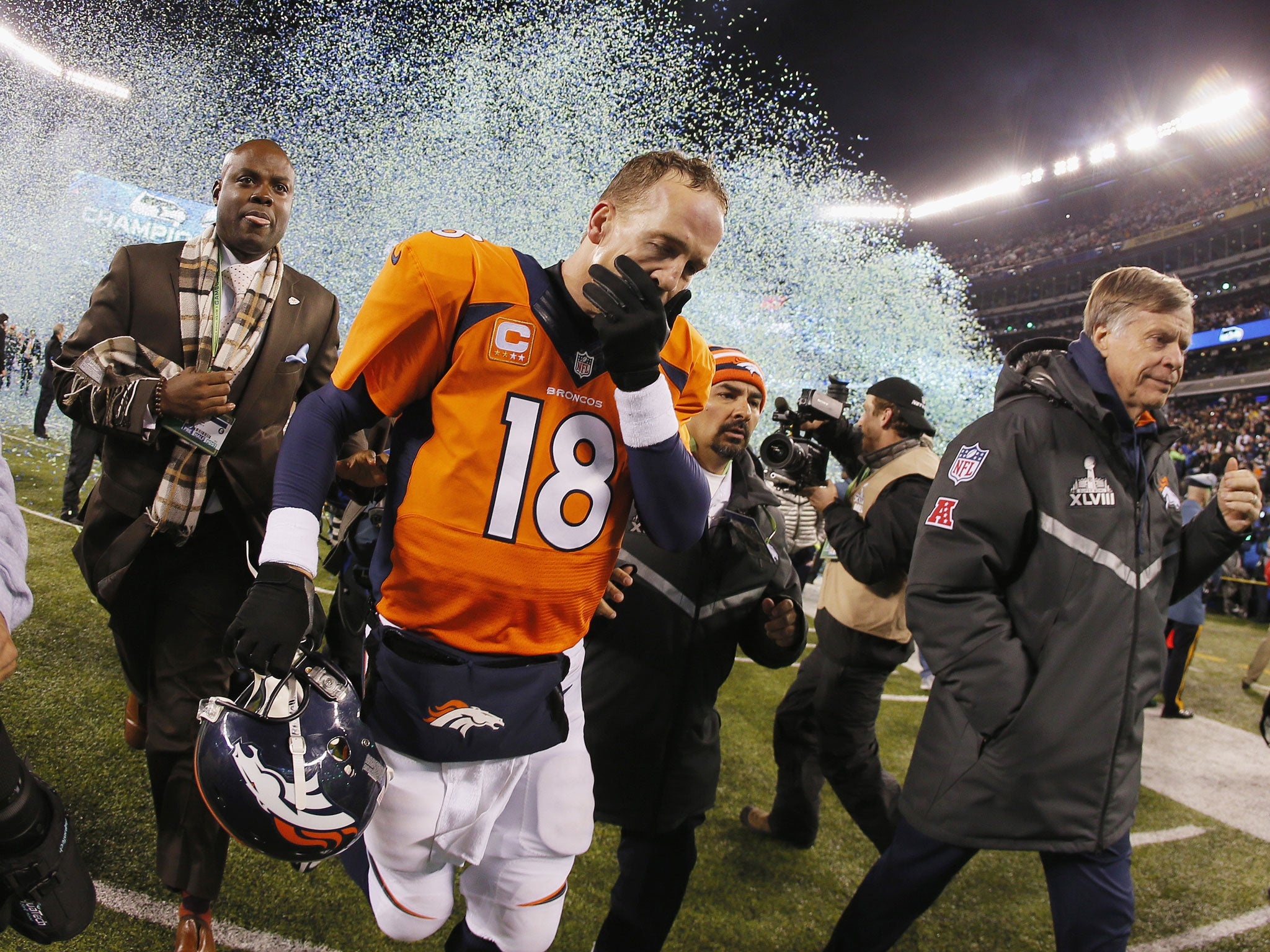 official photos d1b10 3ab35 Super Bowl 2014: Peyton Manning left in the shade by ...