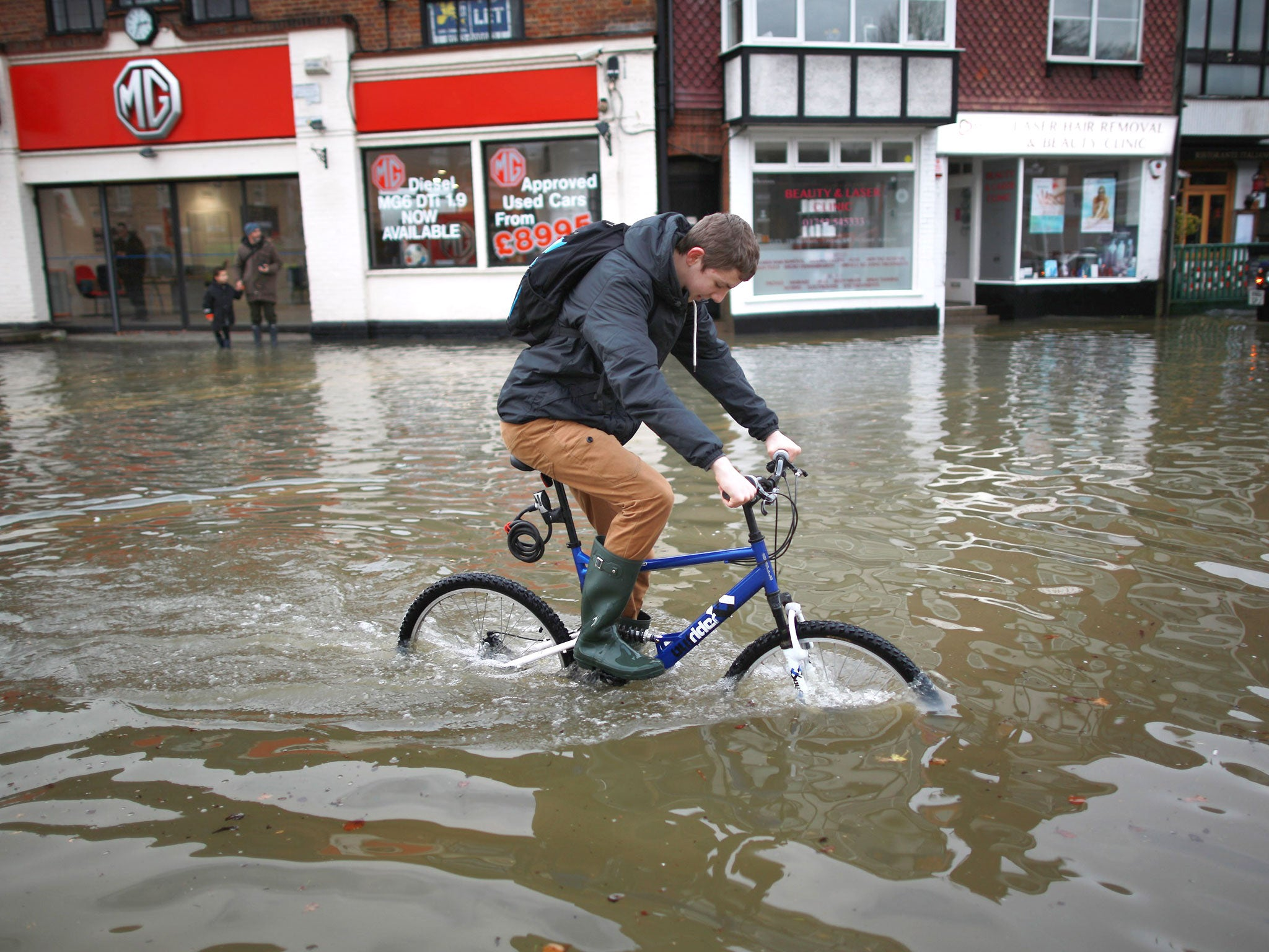 UK weather: Flooding in Worcester causes River Severn to hit highest