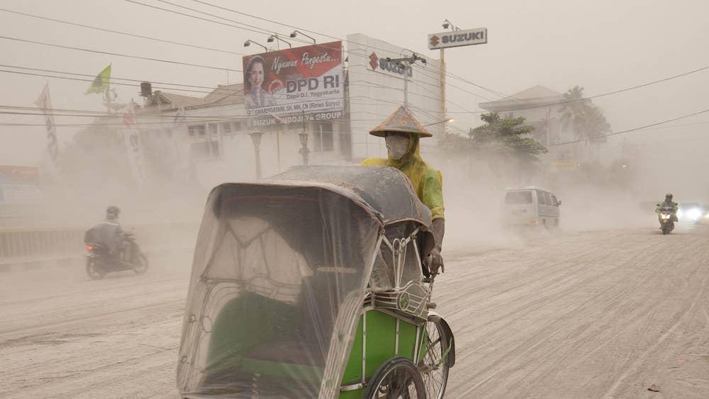 Indonesia volcano erupts: 100,000 flee Mount Kelud eruption