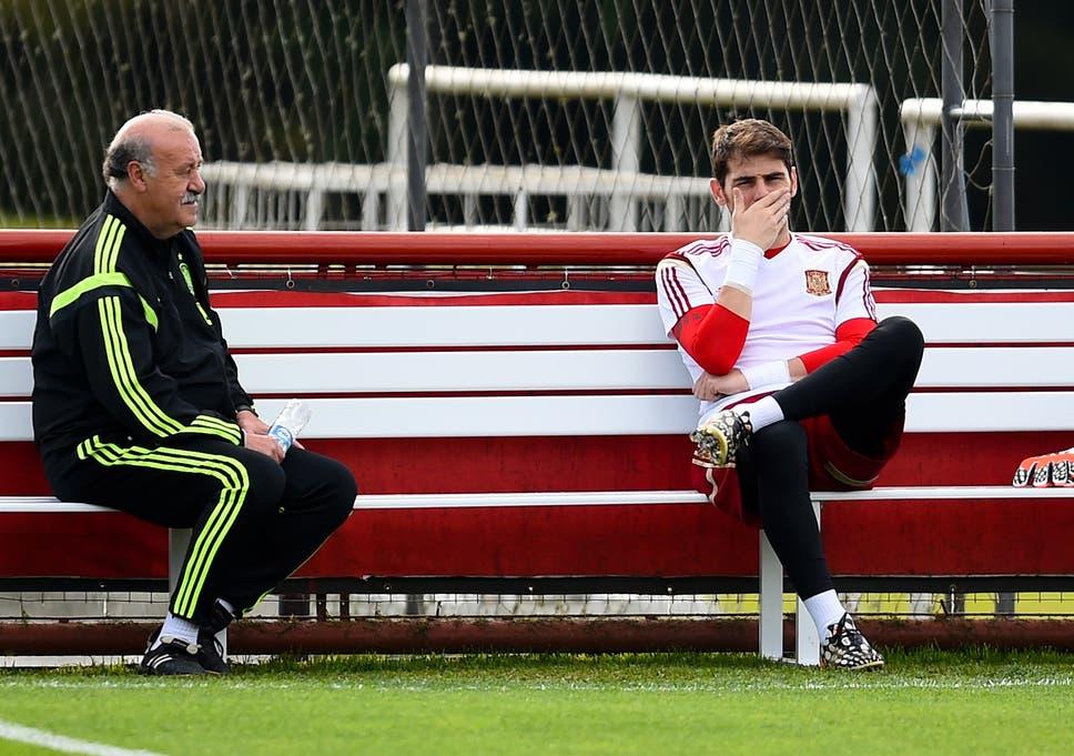 c5f61f878e2 Head coach Vicente Del Bosque chats with Iker Casillas of Spain