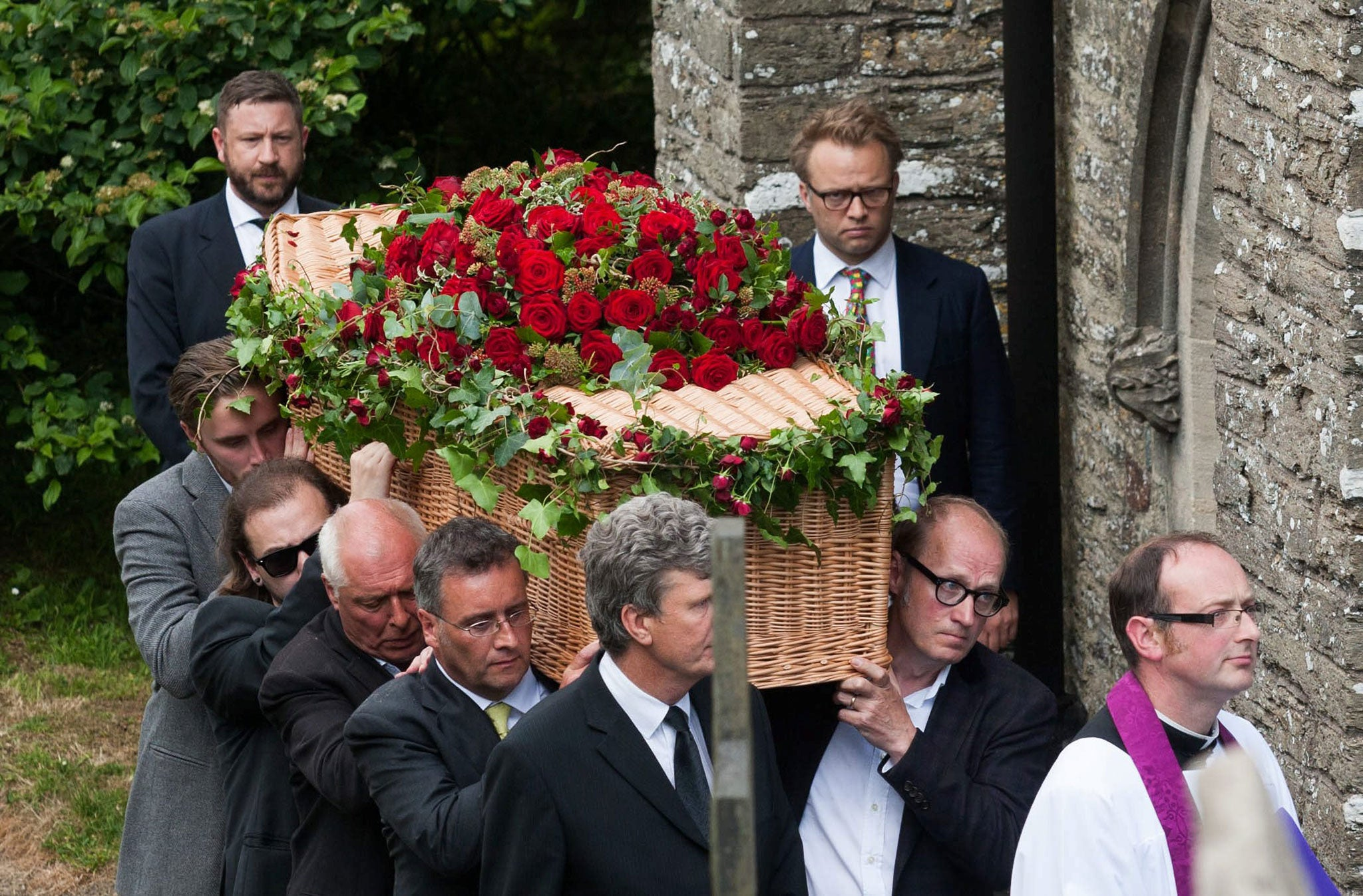 Rik Mayall funeral: Family and friends mourn The Young ...