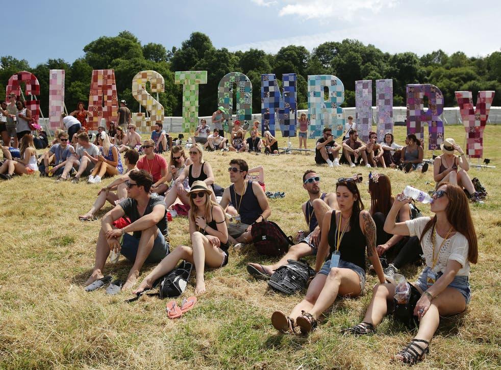 People enjoythe hot weather at Glastonbury Festival