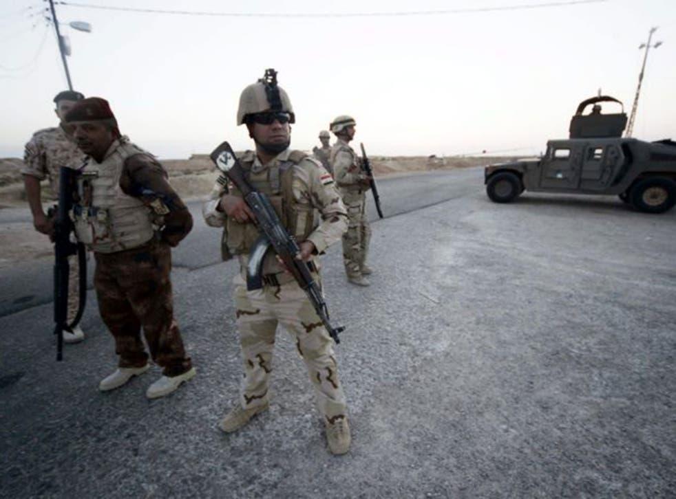 Iraqi soldiers near the border with Saudi Arabia