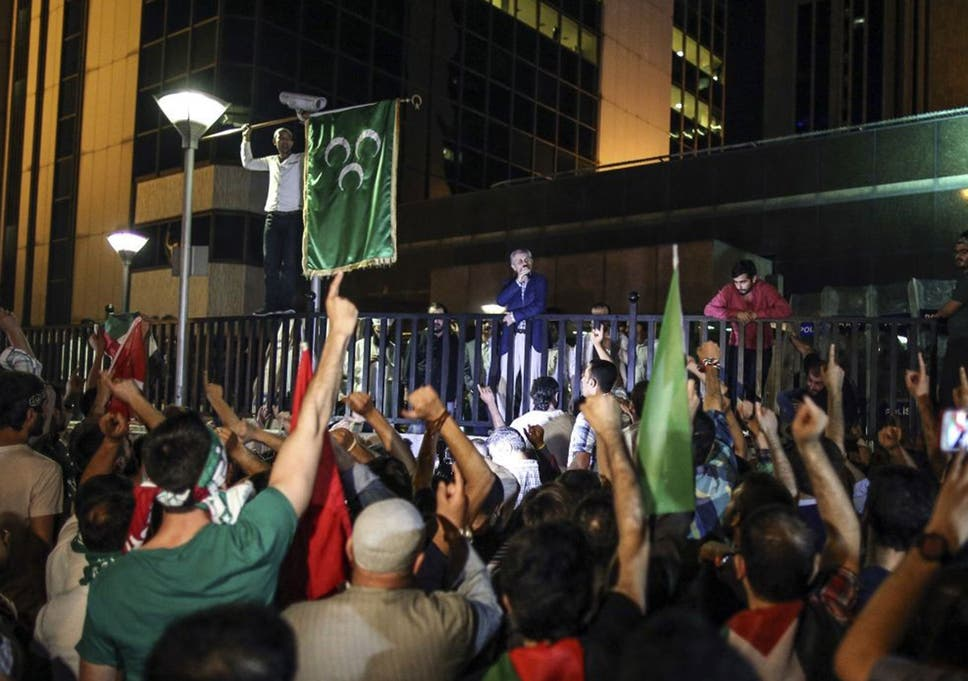 Israel-Gaza conflict: Turkish protesters raise Palestinian flag