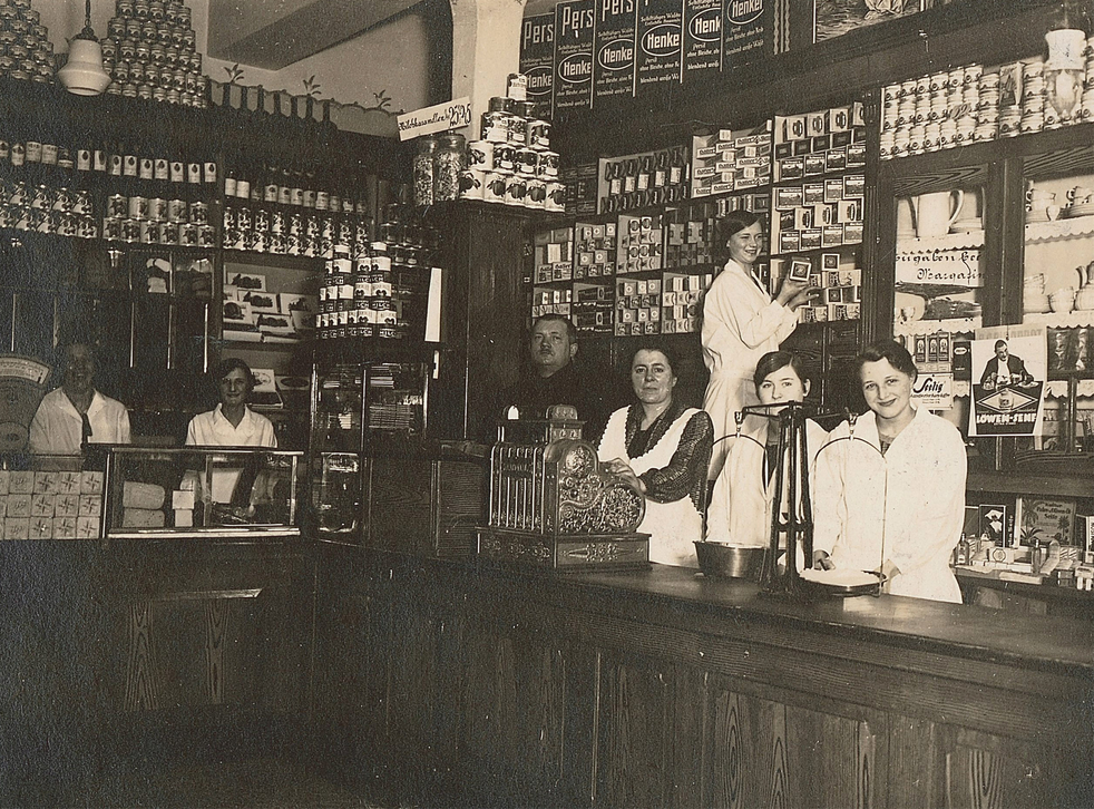 A 1930 image of the Karl Albrecht Spiritousen and Lebensmittel shop, Essen. The shop was opened by Karl and Theo Albrecht's mother; the brothers later founded Aldi