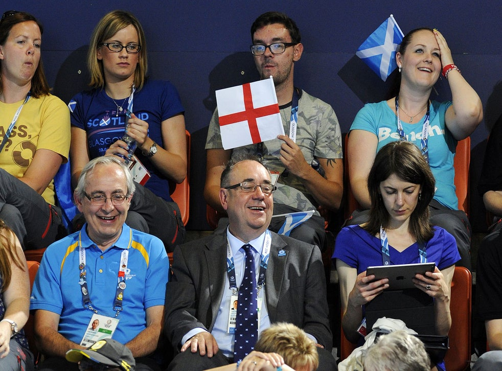 Commonwealth Games 2014 Alex Salmond Photobombed By Spectator With English Flag The Independent The Independent