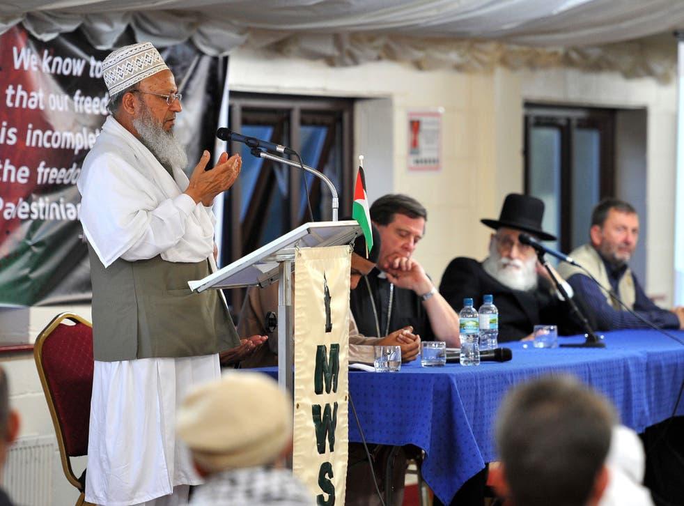 Mavlana Rabbani says the closing prayers at the meeting in Batley