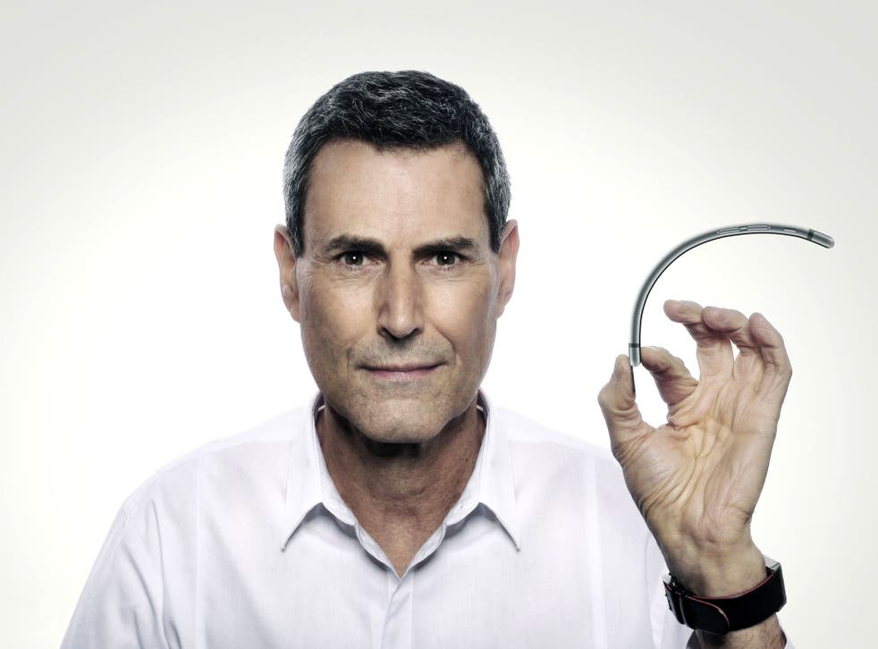 """Uri Geller bends the iPhone 6 with his """"mental force"""""""
