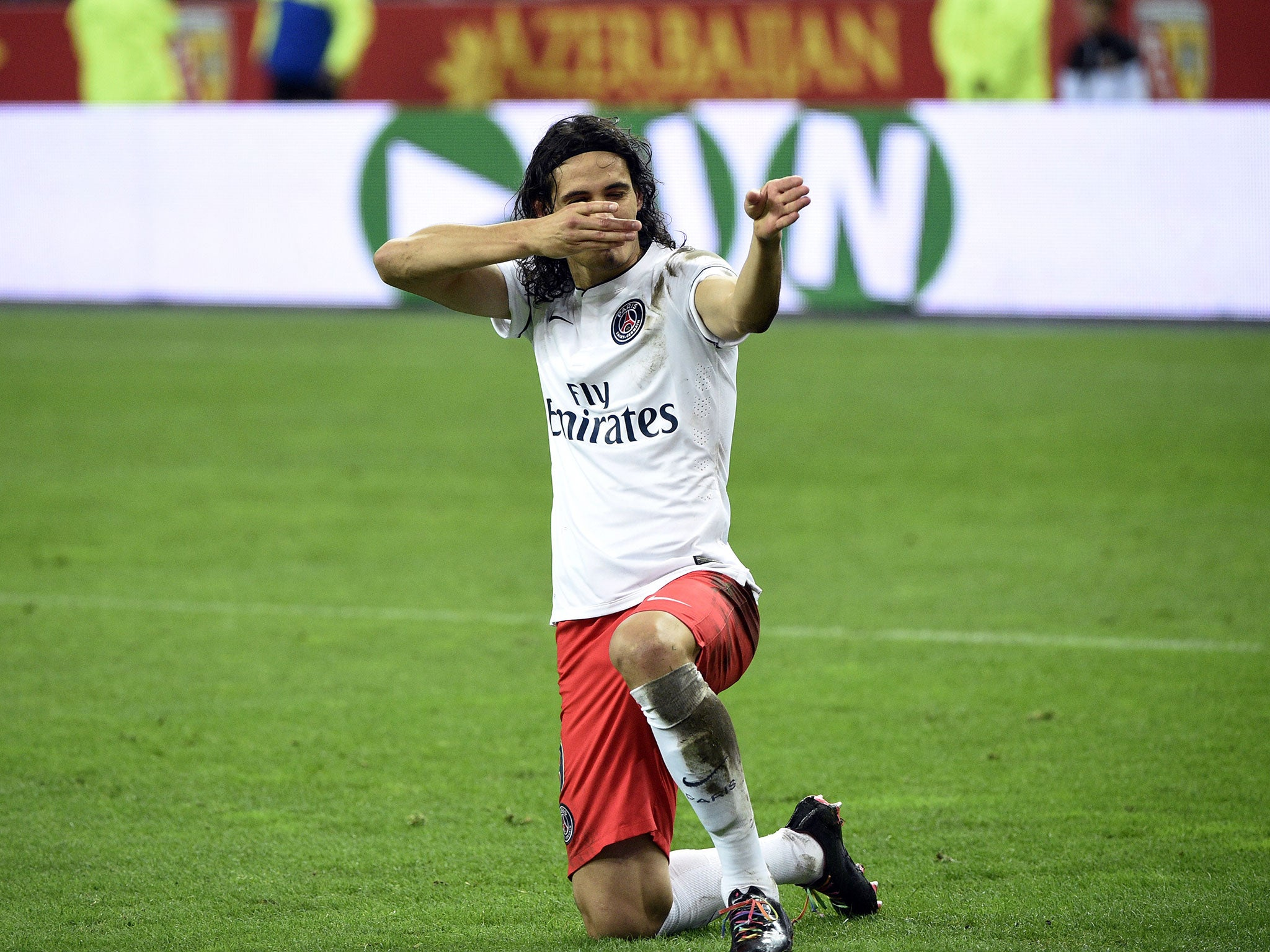Edinson Cavani Sent Off After Celebrating Penalty With Gun Gesture In Psg S Bad Tempered Victory Over Nine Man Rc Lens The Independent The Independent