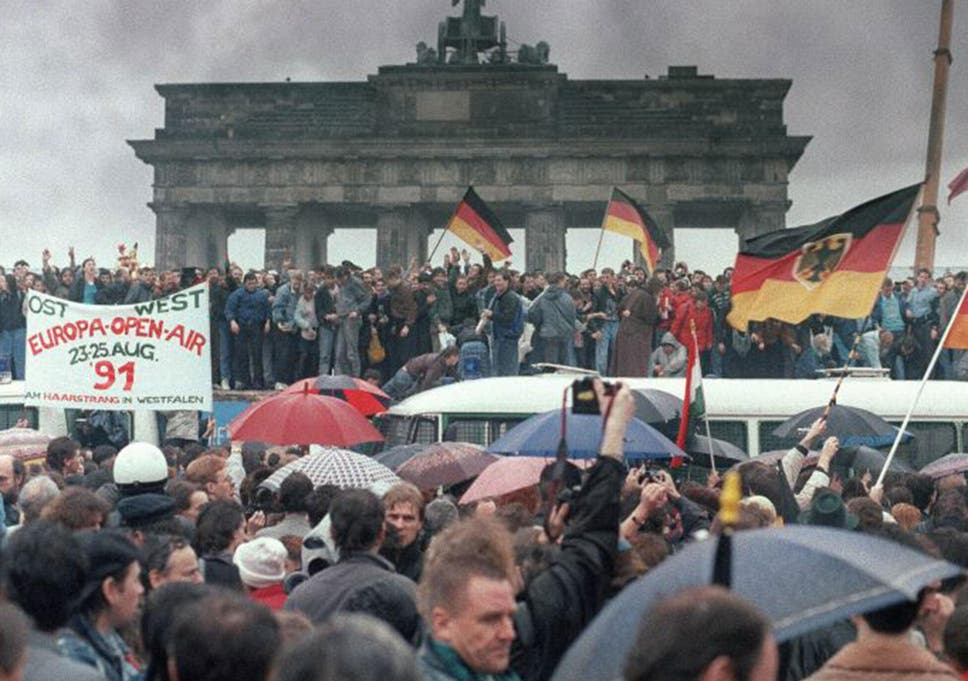 Fall of the Berlin Wall, from the archive: 'Hammers chip