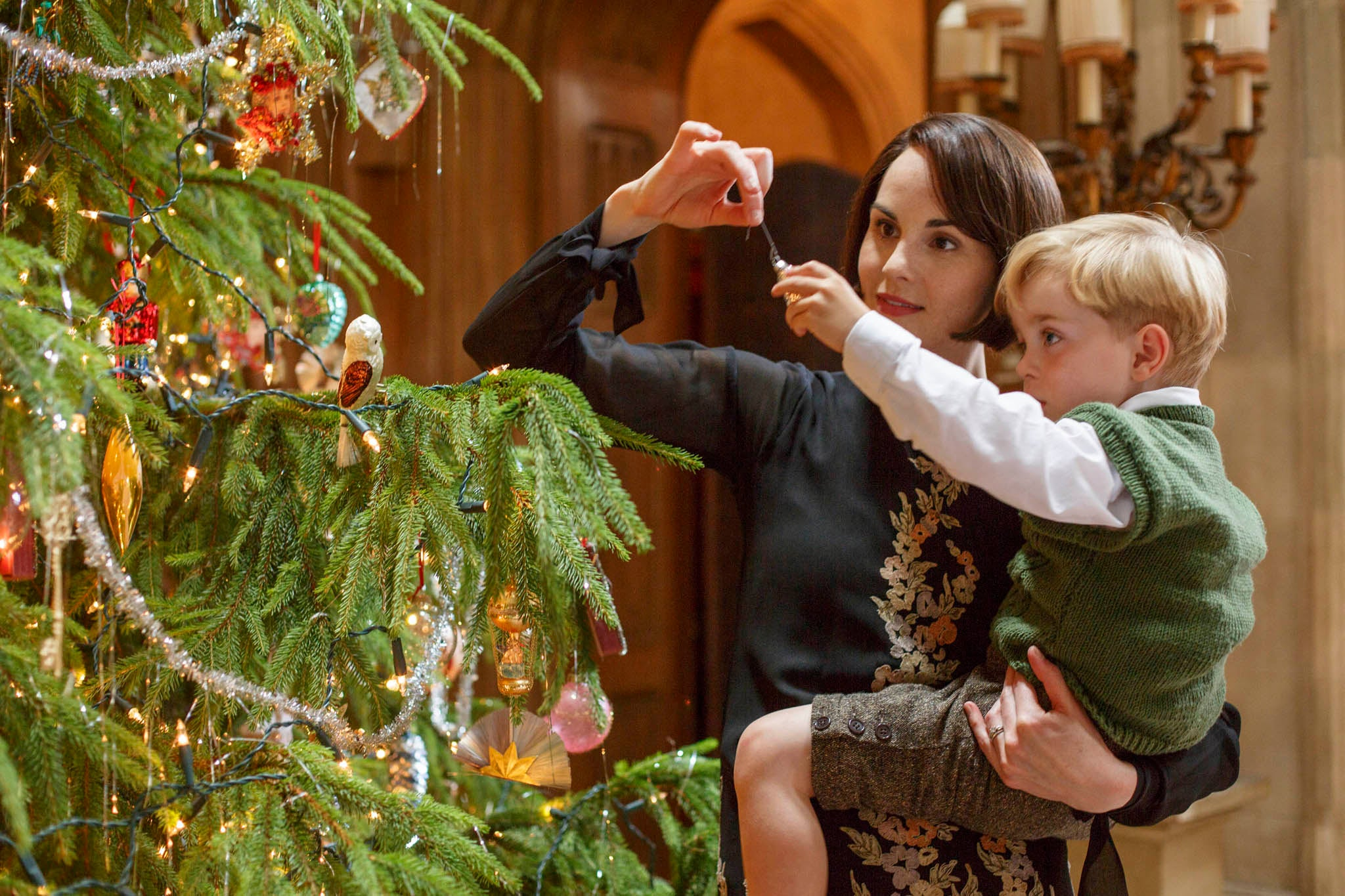 lady mary decorates the christmas tree with - 2014 Christmas Shows On Tv
