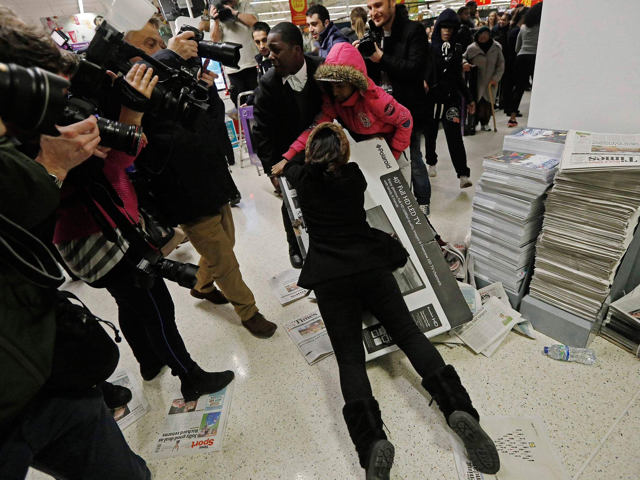 Black Friday Fights Break Out After Shoppers Queue All Night For Bargains The Independent The Independent