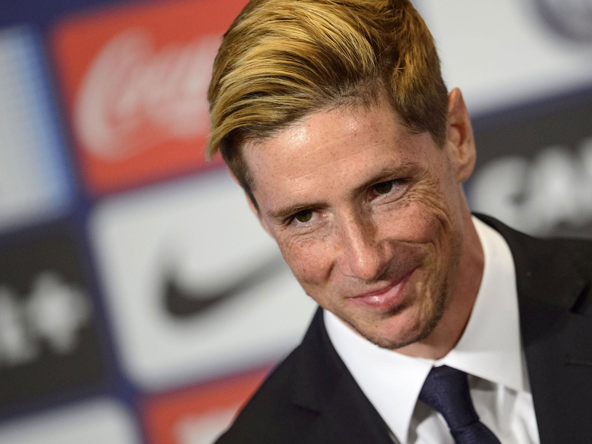 fernando torres unveiled at atletico madrid: 40,000 fans put smile