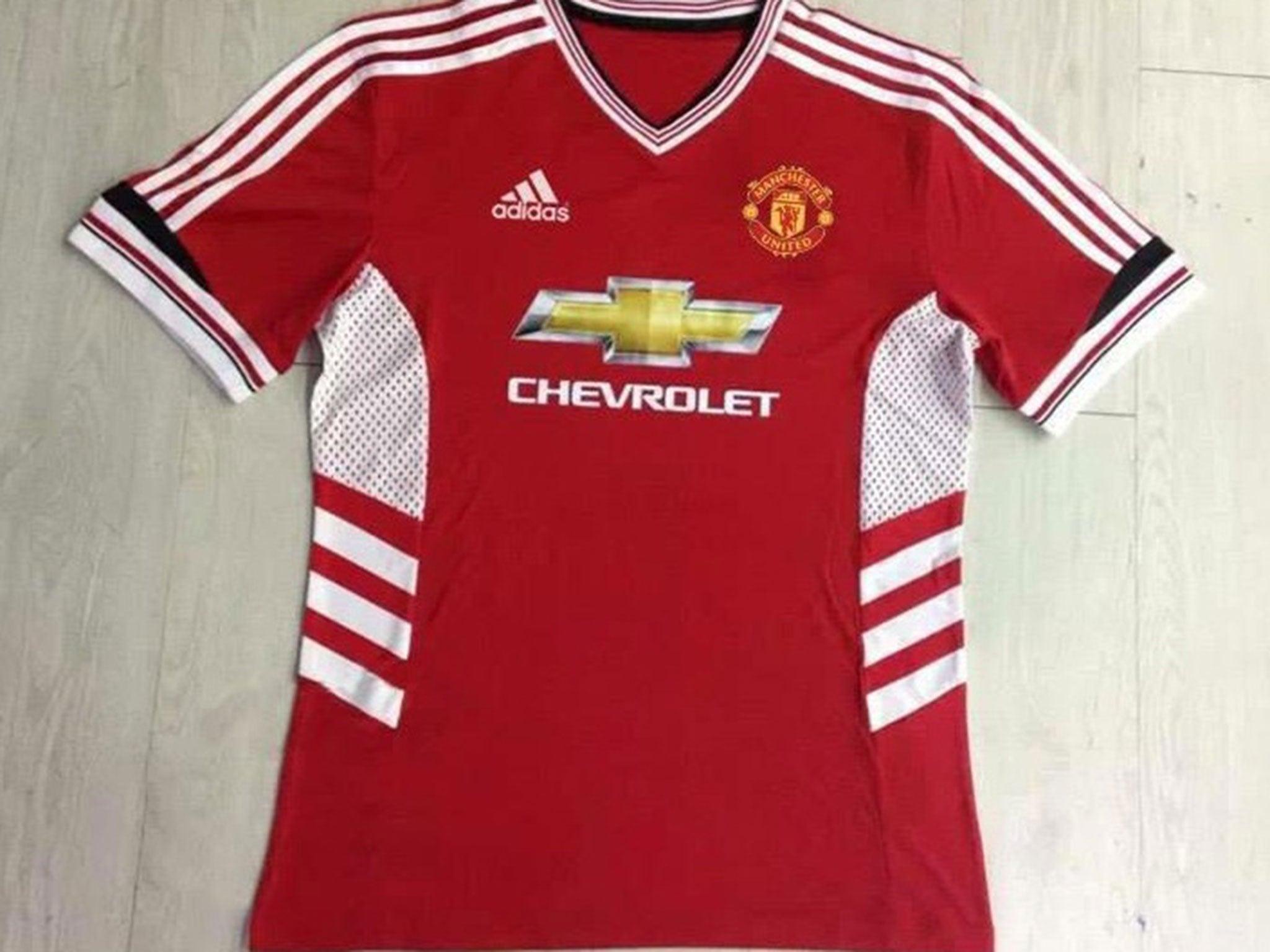 brand new 26460 bc9ca Manchester United 2015/16 shirt: United fans slam 'hideous ...