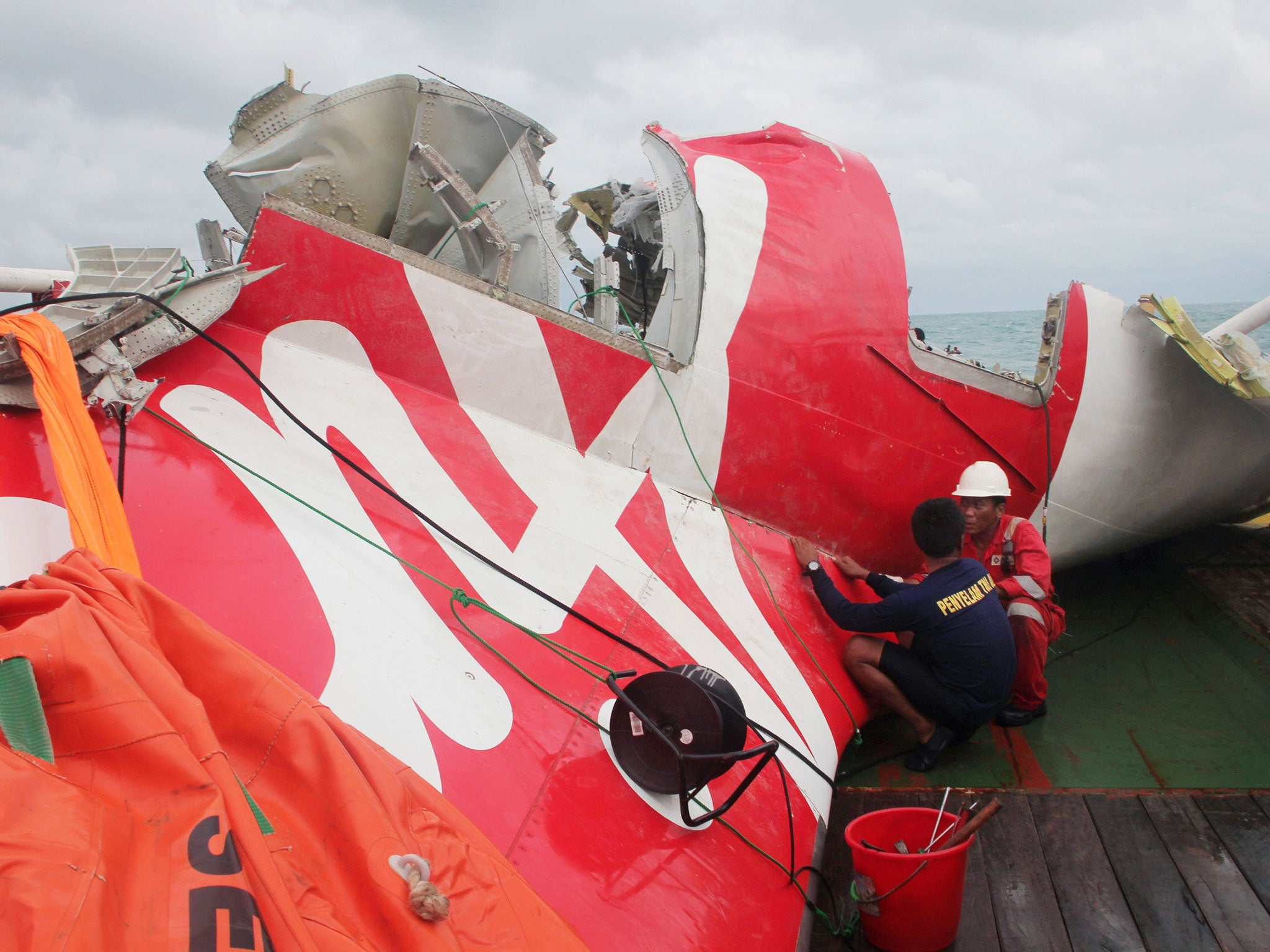 AirAsia crash: Plane tail raised from sea bed prior to inspecting it