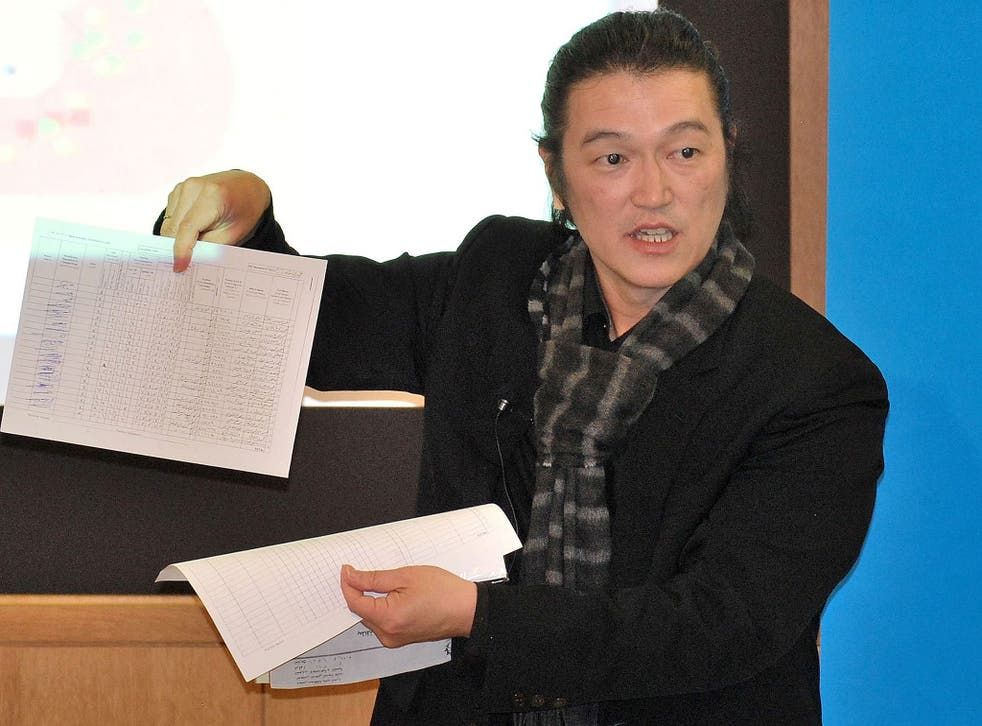 Japanese journalist Kenji Goto speaking about the Middle East at a public event in Tokyo
