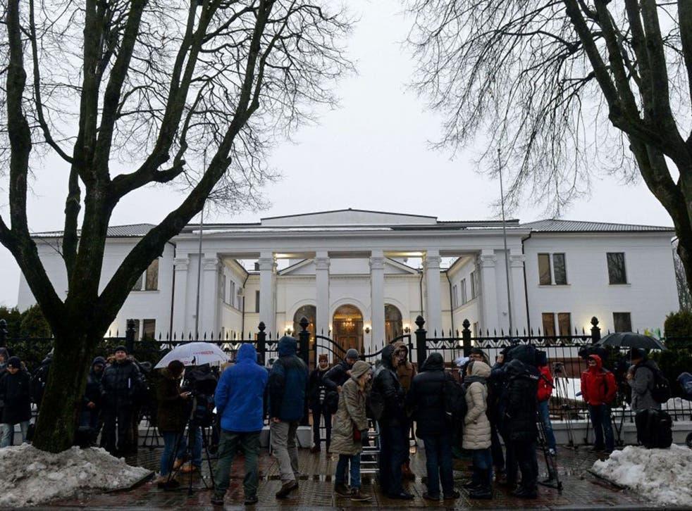 Media wait on January 31, 2015 outside the presidential residence in Minsk during talks aimed at ending the fighting in eastern Ukraine.